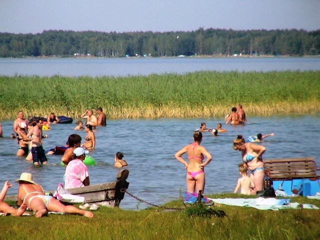 Хорошо купаться в кристально чистой воде (Люди на пляже возле базы отдыха